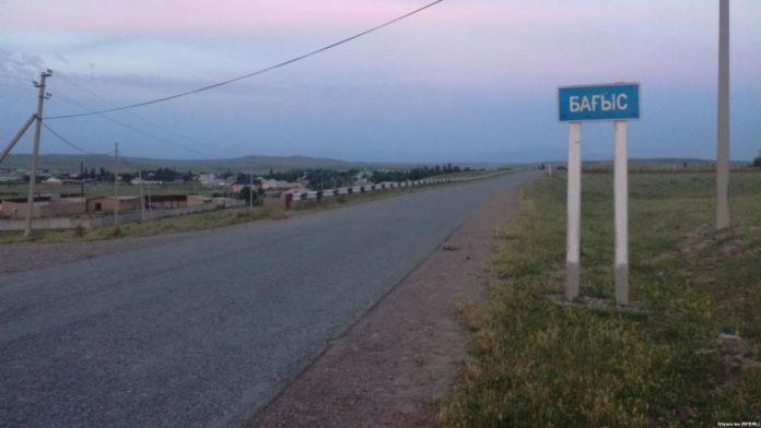 Указатель вдоль дороги на въезде в Багыс
