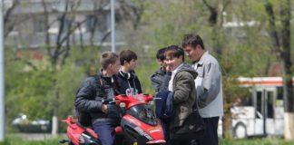 подростки на мопеде