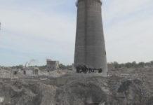 Разрушающаяся труба свинцового завода