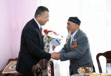 Аким ЮКО поздравил ветерана Великой Отечественной с Днем Победы