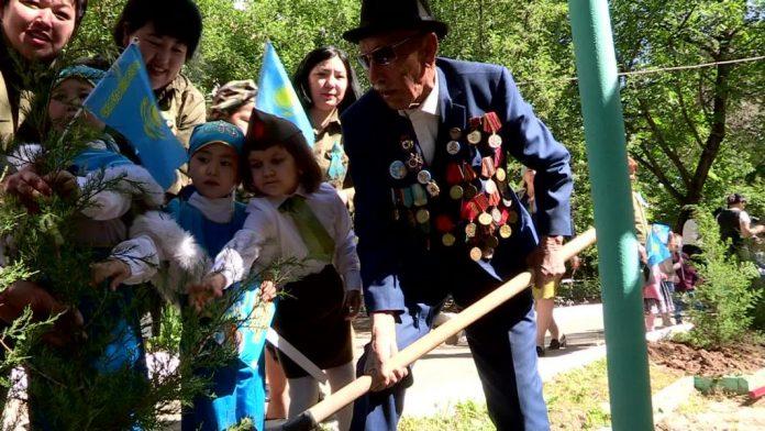 Ветеран ВОВ Тлеумет Кожаназаров посадил с детьми можевельник
