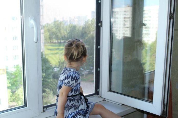 Ребенок у открытого окна