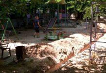 траншея на детской площадке