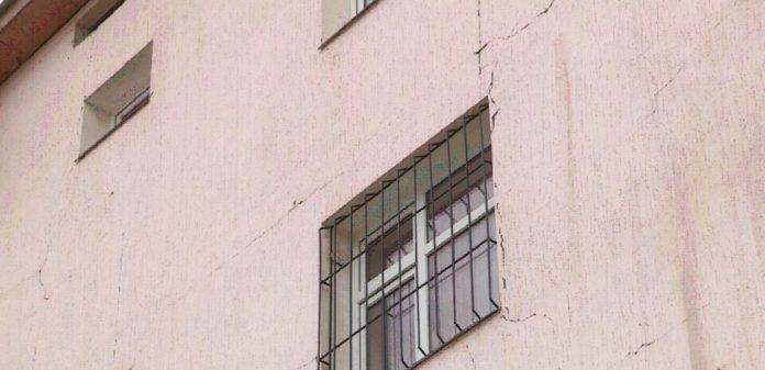В ЮКО трещины пошли по фасадам новых домов в райцентре Рыскулова