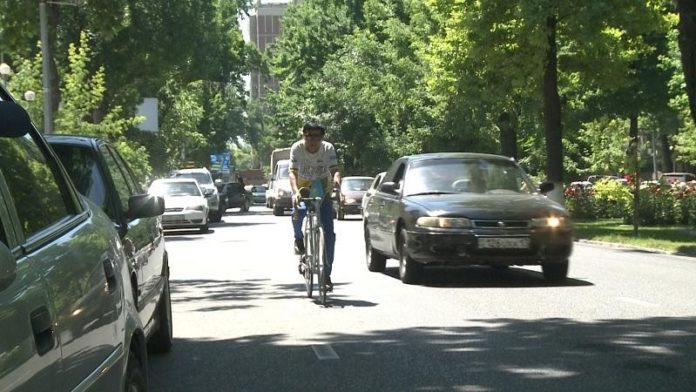 8-летний велосипедист из Шымкента выехал в Узбекистан