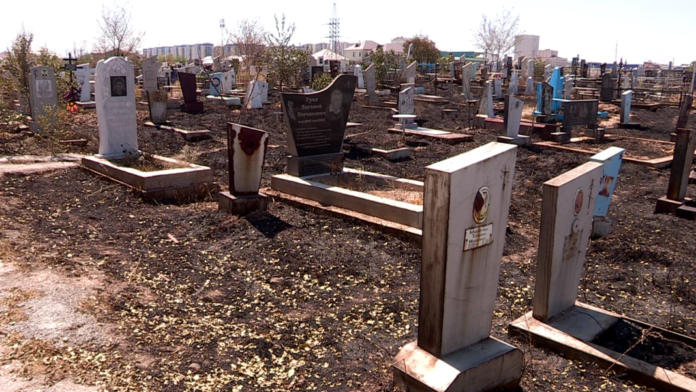 Отсутствие воды на кладбище спровоцировало пожар