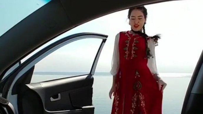 Девушка в казахском наряде повторила популярный челлендж