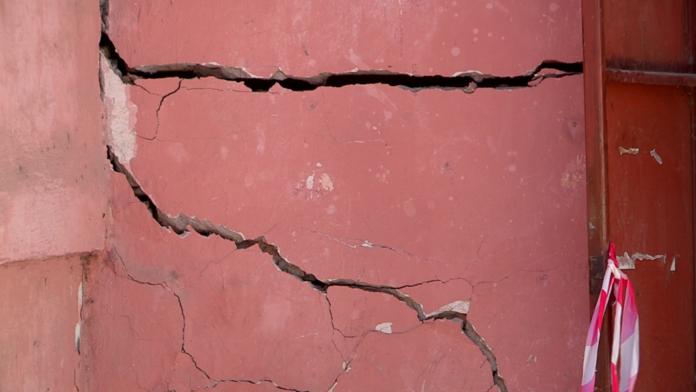 Трещины на стенах. Аварийным дом