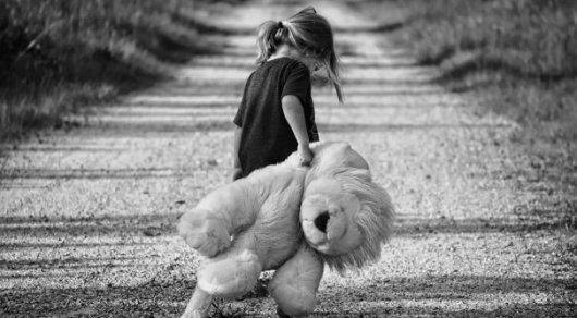 Потерянная девочка. Ребенок с игрушкой