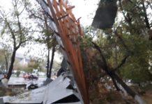 В Шымкенте порывами сильного ветра сорвало крышу с высотного дома