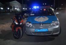 Мотоцикл и полицейская машина