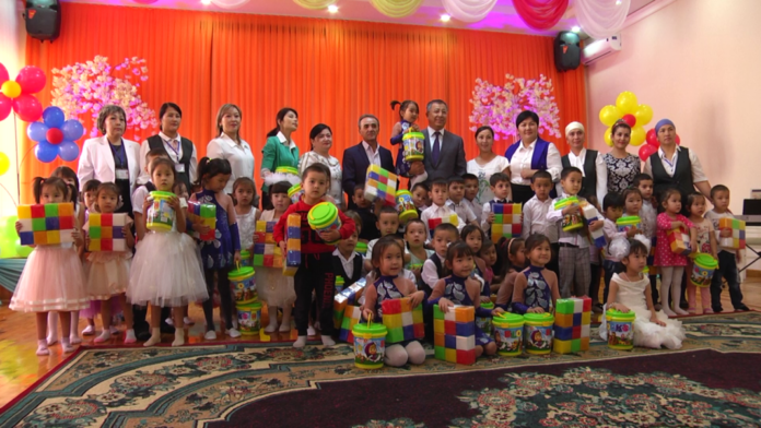 Жансеит Туймебаев с детьми