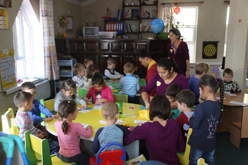 Молодой дефектолог из Шымкента бесплатно учит говорить детей