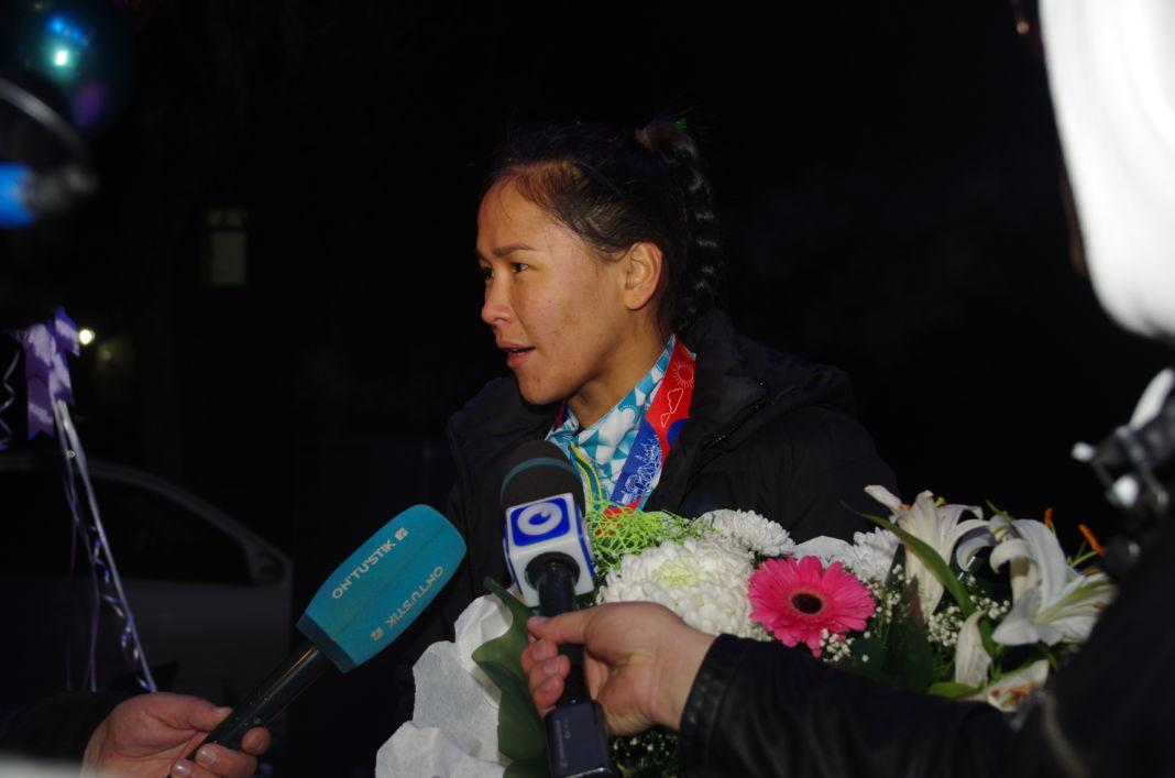 Сотни поклонников Жайны Шекербековой встретили спортсменку в аэропорту Шымкента