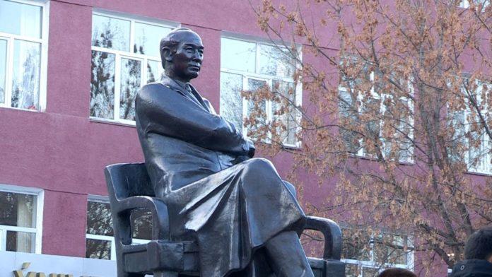 В Шымкенте памятник Султану Сулейменову установили перед ЮКГУ им. Ауезова