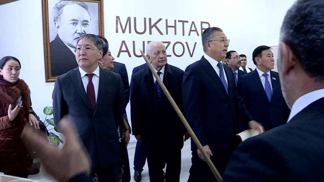 Новый памятник Мухтару Ауезову установлен перед главным корпусом ЮКГУ