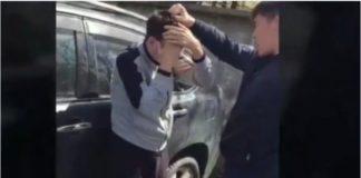 Уволен полицейский, издевавшийся над мужчиной