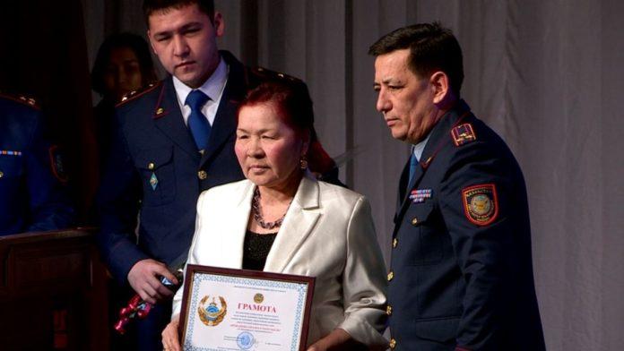 Женщину, спасшую ребенка от педофила, наградили в Шымкенте