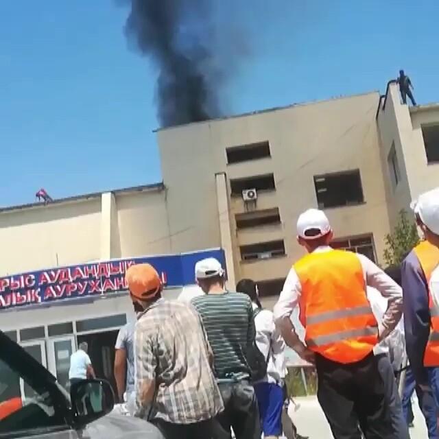 В Арыси на крыше больницы, где идет ремонт, произошел пожар