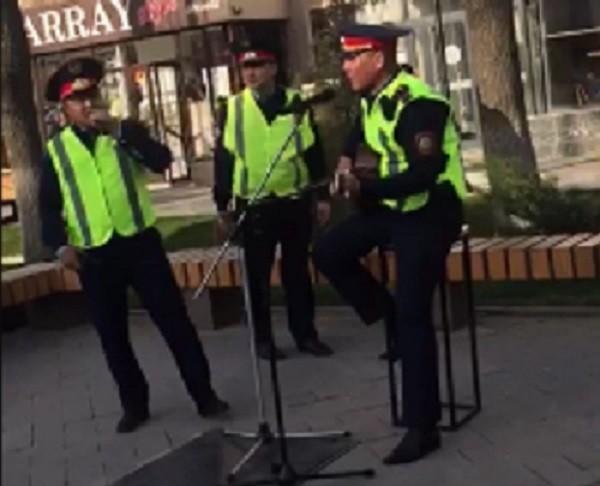 поют полицейские на Арбате