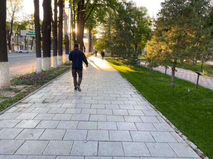 Люди на улицах Шымкента