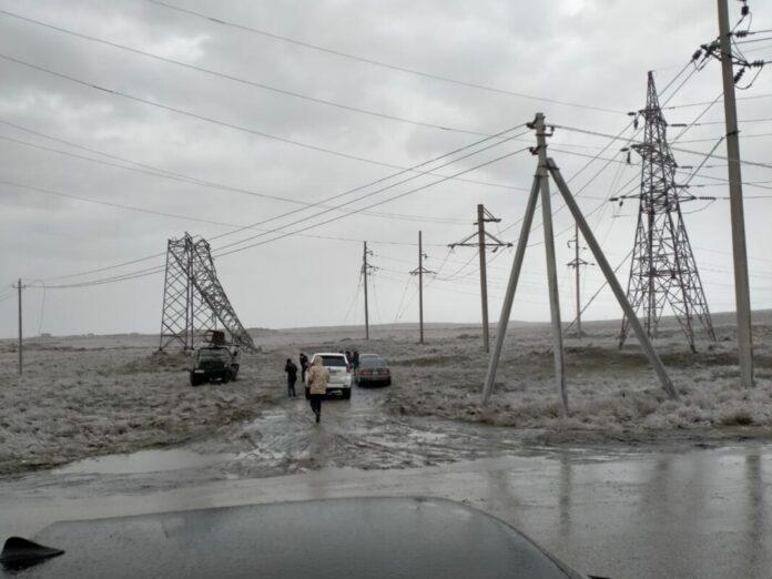 Столбы электроснабжения не выдержали сильную наледь